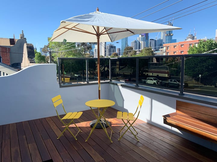 Large 1B house, sunny deck. Walk to Sth Melb Mkt