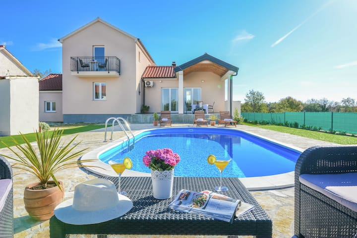 Charming holiday home with a private pool, nice covered terrace, big garden,BBQ