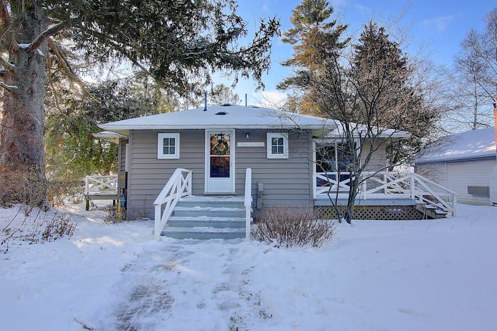 Picturesque Lakeview Cottage At Lake Simcoe
