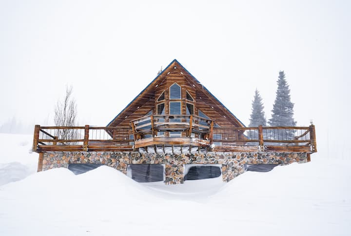 Stunning Remote Lodge in Snowmobilers Paradise!