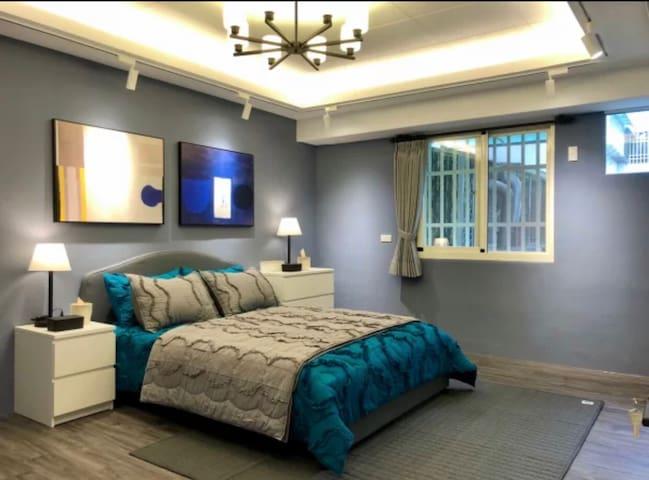 臥室1 ~架高地板  大空間 可睡至2~5人 1張雙人床、1張沙發床,沙發床可以睡1~2人,也可外加單人床墊