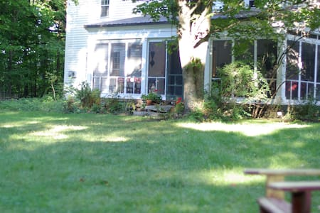Large Family Retreat - Farmhouse B&B Off-Season - Hopkinton - Bed & Breakfast