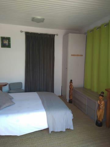 La chambre ( photo prise de la terrasse)