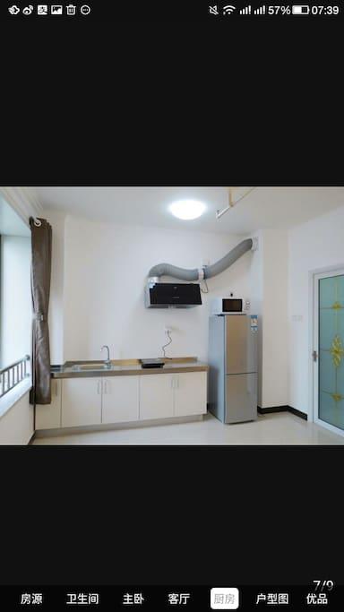 开放式厨房,电冰箱,微波炉齐全