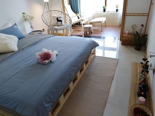 舒适的大床、吊篮、摇摇椅在热切的期盼着亲您来体验