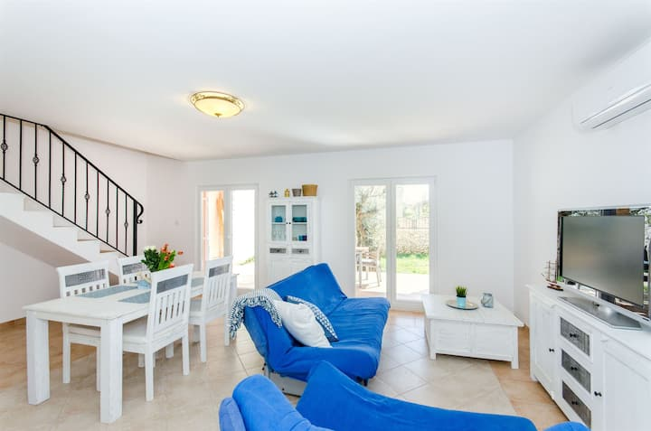 Three Bedroom House, 100m from city center, seaside in Sevid