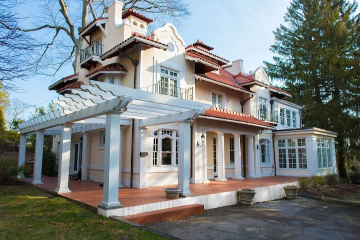 "Chestnut Hill 5BR Luxury Home near BC, Boston, ""T"""