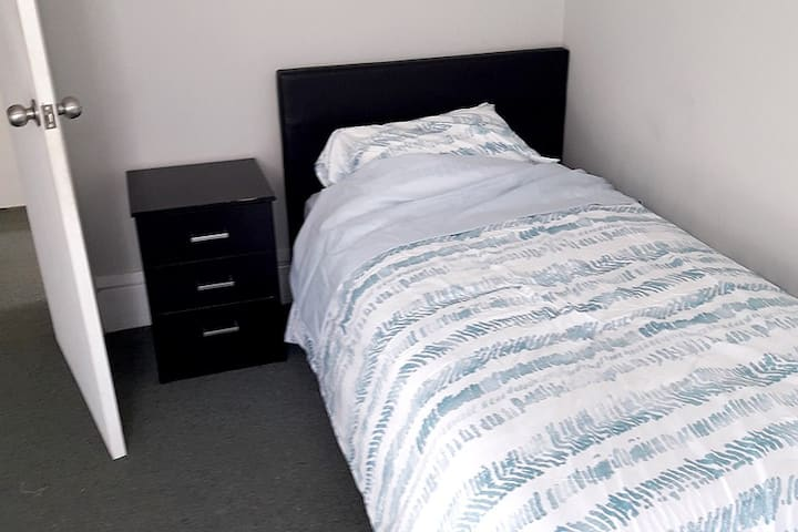 Comfortable single room on North Rd
