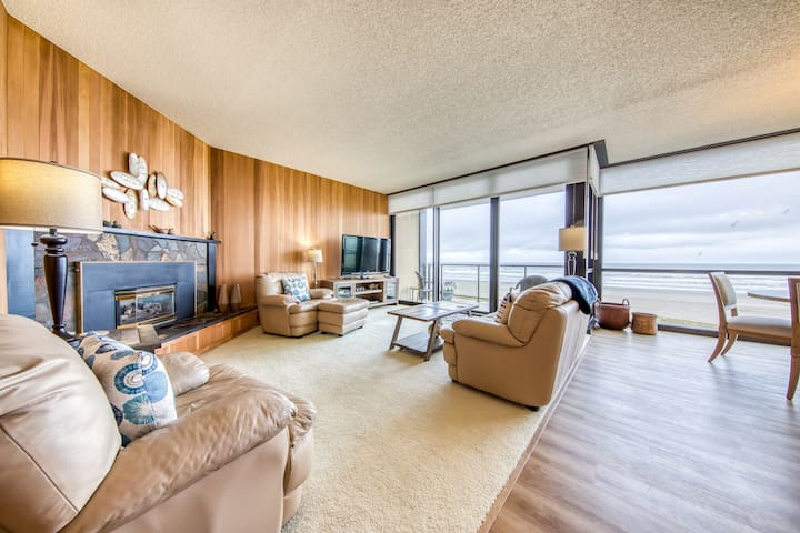 Oceanfront condo with amazing views plus shared pool & sauna!