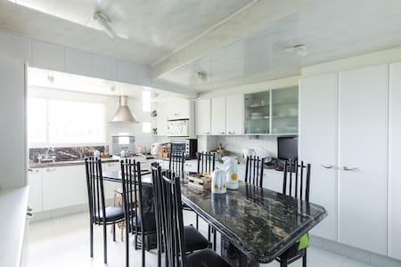 Casa com piscina em área residencial - 阿雷格里港