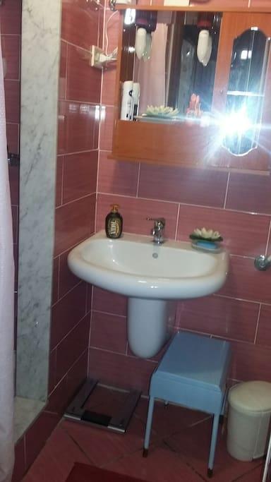bagno completo di doccia