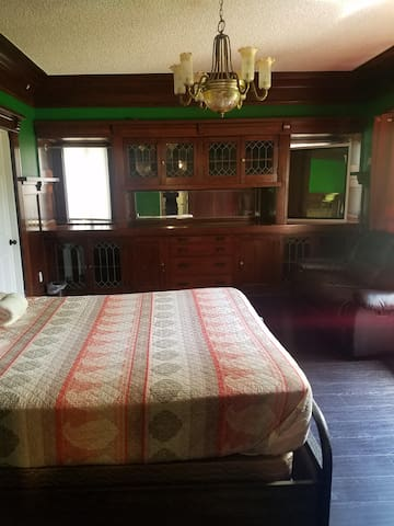 Huge Private Room/ Queen Bed E
