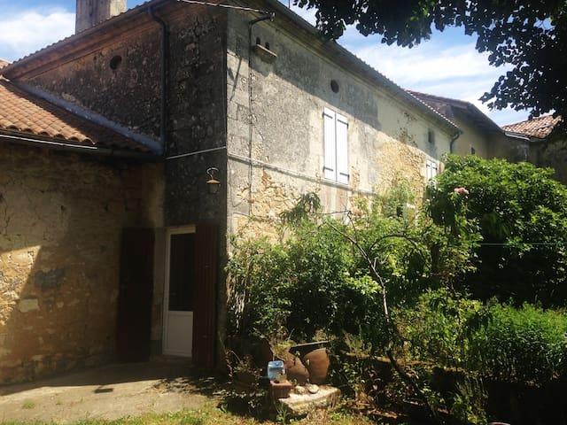 Maison de famille au coeur du bourg - Vieux-Mareuil - Huis