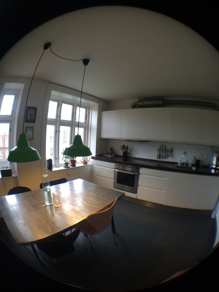 Large and urban kitchen with dining table