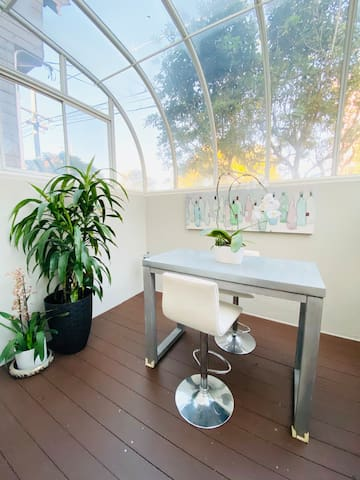 Large 1 bedroom suite with sunroom in Cole Valley