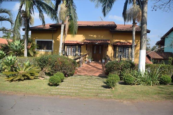 Casa em condomínio com piscina em Embu Guaçu - Embu-Guaçu