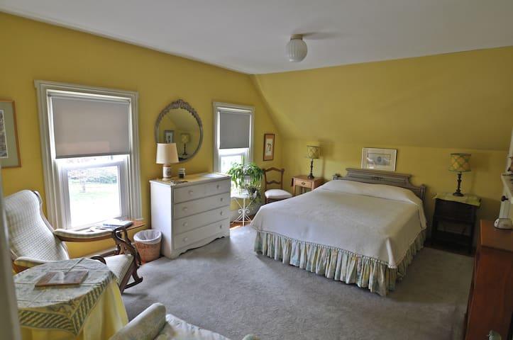 Penury Hall Bed & Breakfast: Admiral Room