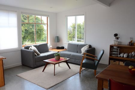 Sunny stand alone open plan Studio - Hobart - Bungalow