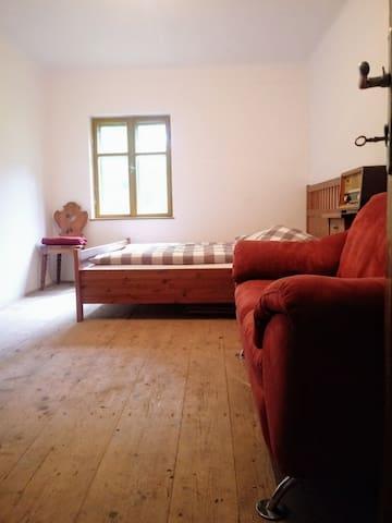 SCHLAFZIMMER mit 2 Betten und Couch