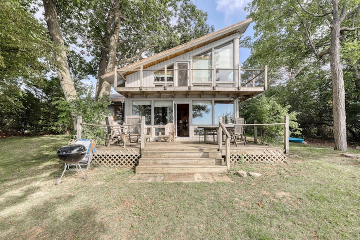 Lovely lakefront home with dock, pool table, kayaks - dogs OK!
