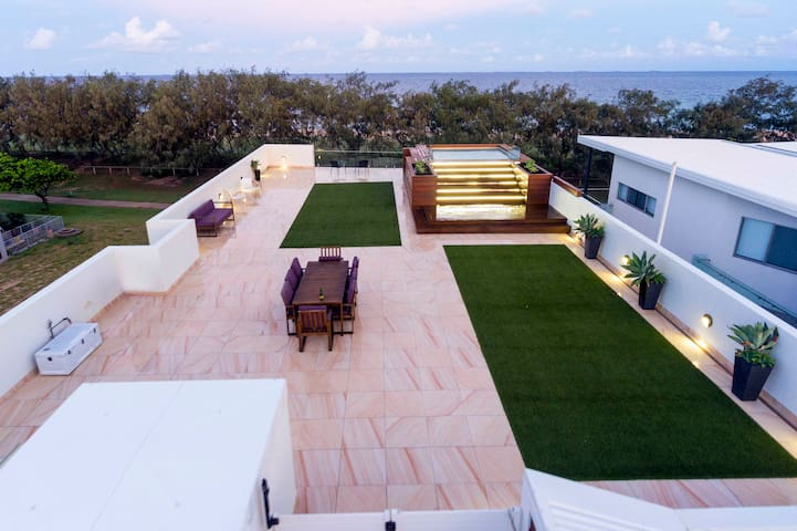 BEACHFRONT ACCOMMODATION WITH ROOFTOP ENTERTAINING