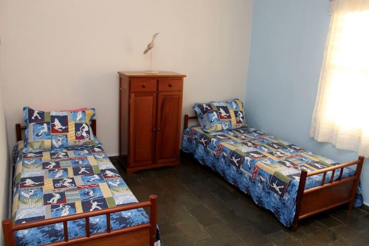 Quarto 2 - Três camas de solteiro. Quarto 1 - Cama Queen Size, Suíte 2 - Cama casal e ar condicionado, janelas com blackout.