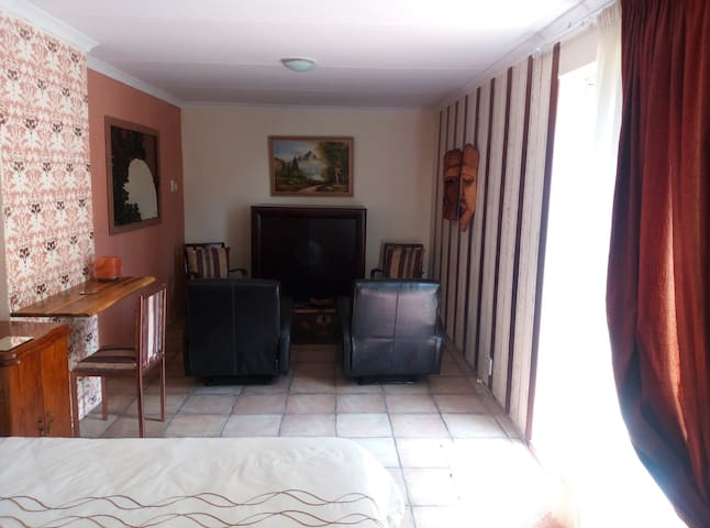 Close to OR Tambo Airport! Private suite