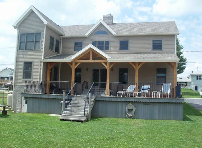 Spacious Lakefront Cottage-boat, snowmobile & more