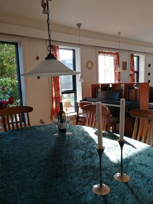 ... i hyggelig stue med spiseafdeling