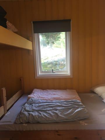 Soverom med dobbeltseng og ekstra seng