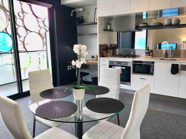 Private, quiet & modern St Kilda Entire Apartment
