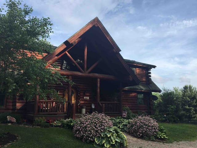 Honey Pine Lodge- Bear Room (1 of 3 rooms)