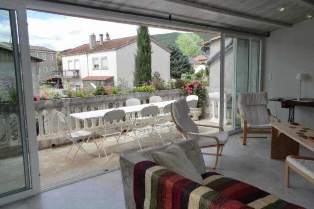 Salon qui se prolonge sur la terrasse