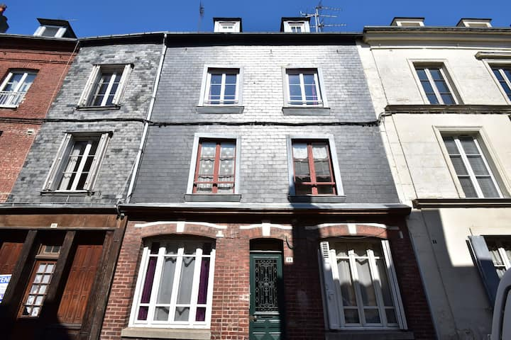 Comfortable, modernized apartment bad 300m from the famous harbor of Honfleur.