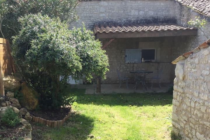 Petit gîte au coeur de la campagne charentaise - Saint-Romain-de-Benet - House