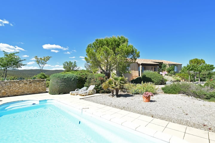 Single storey villa with private pool and large garden on the edge of wine village