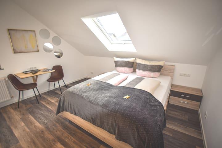 komfortables Doppelzimmer, modern, gemütlich