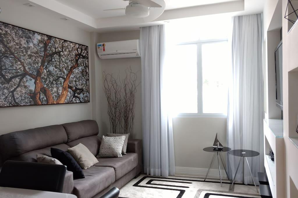 Vista geral sala de estar + jantar (ar condicionado e ventilador de teto)