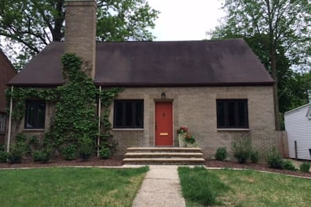 Spacious bungalow minutes from campus and downtown - Champaign - Casa