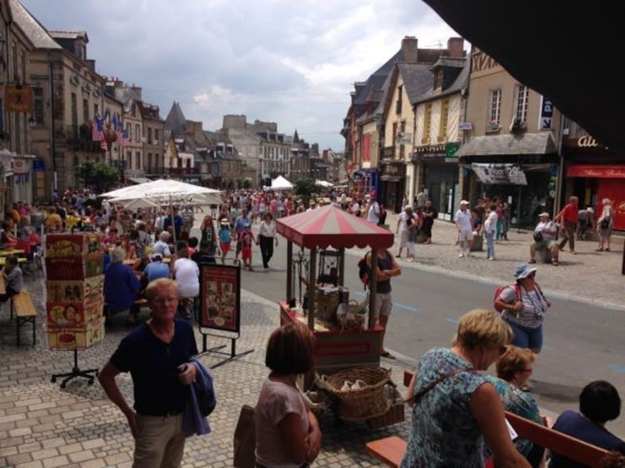 accès direct dans la rue principale commerçante et historique de Dol de Bretagne
