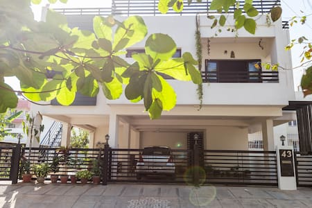 Organic Modern Retreat in mid city - Bangalore - Bungalov