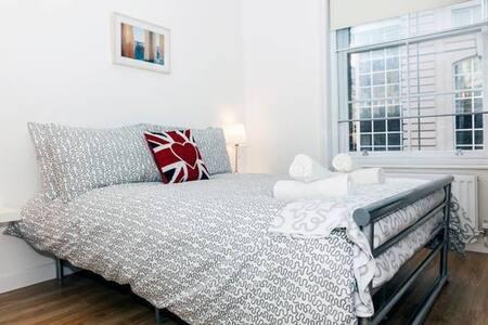 Airbnb Superhost Award Winner 2017 - Room 3.2 - London