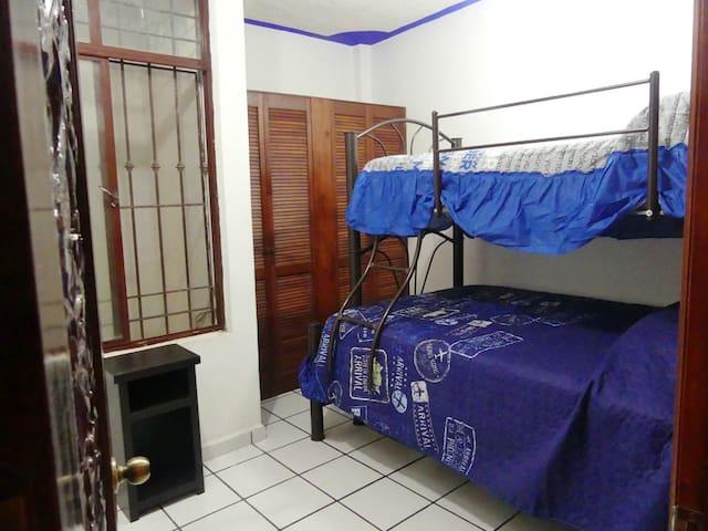 Habitación 3, con 1 cama matrimonial y 1 individual