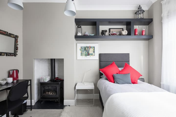 Comfortable room in delightful East London cottage