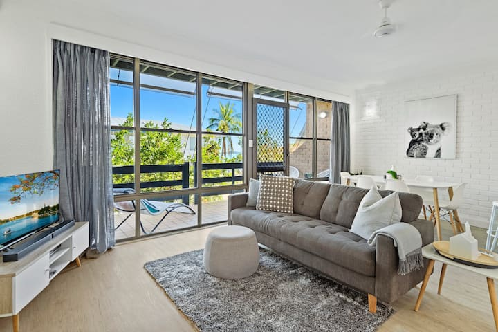 Stylish Townhouse in Airlie with Pool & Views