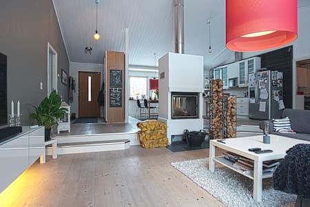 Härligt hus med pool i bästa solläge nära havet - Värmdö SV - Villa