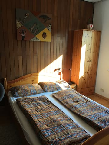 Privates Zimmer mit ländlichem Flair. Ruhige Lage
