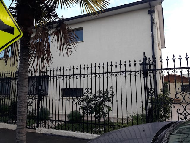 hermosa casa en barrio típico, a 7 minutos de Stgo