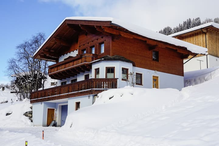 Spazioso appartamento a Saalbach con vista sulle colline