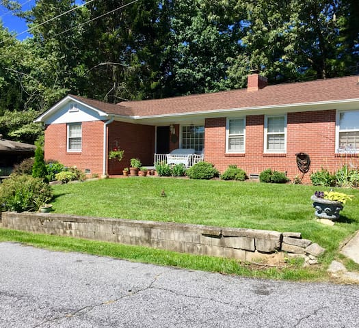 Cozy home, close to Downtown Hendersonville NC